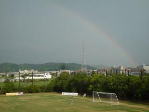 サッカーの試合運営のお手伝いにいった競技場で見た虹。虹の向こうを目指そう